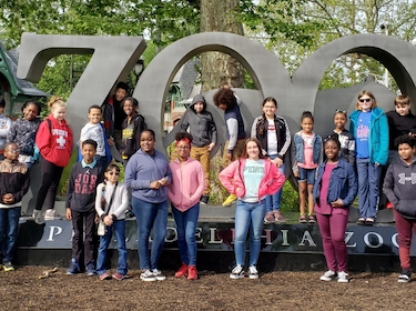 Leasure students standing in front of the Philadelphia Zoo Statue